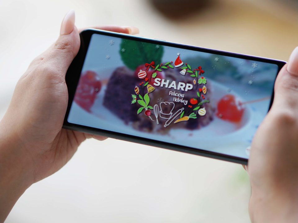 SHARP Aquos V memiliki baterai berkapasitas hingga 3,162 mAh yang dapat disambungkan melalui konektor USB Terminal C. Lewat perpaduan seluruh kualitas yang dijajalkan, konsumen dapat melakukan streaming mulai dari video, film, hingga konten dengan kualitas 4K dengan lancar tanpa gangguan.