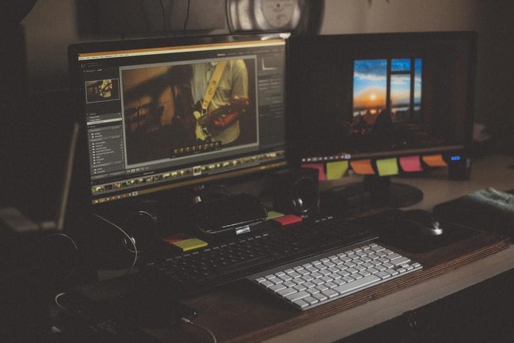Menurut jurnal Applied Cognitive Psychology, musik meningkatkan kreativitas pada sebagian orang, termasuk saat bekerja.