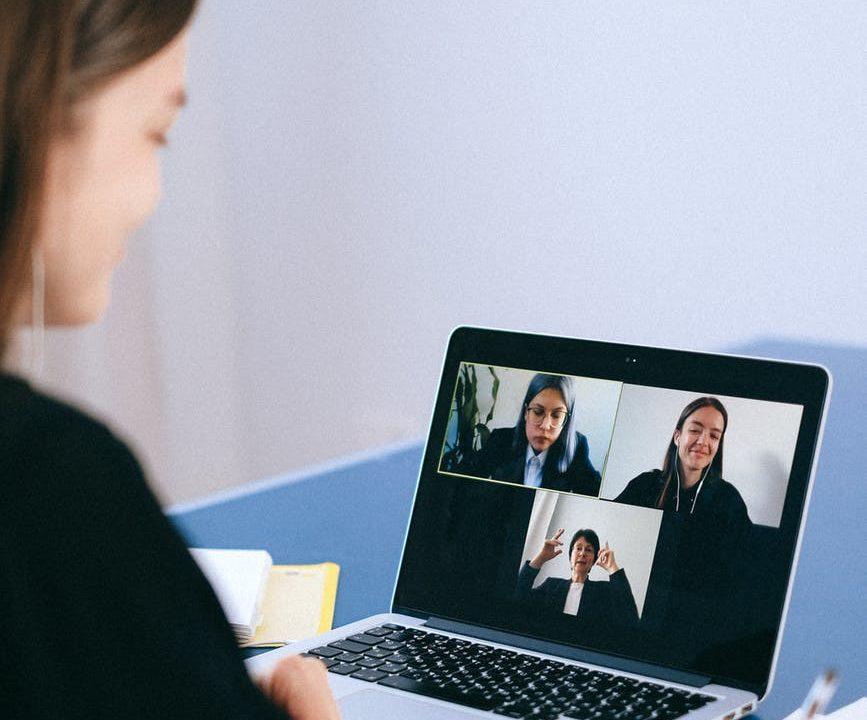 Ilustrasi penggunaan Zoom untuk meeting online saat bekerja dari rumah