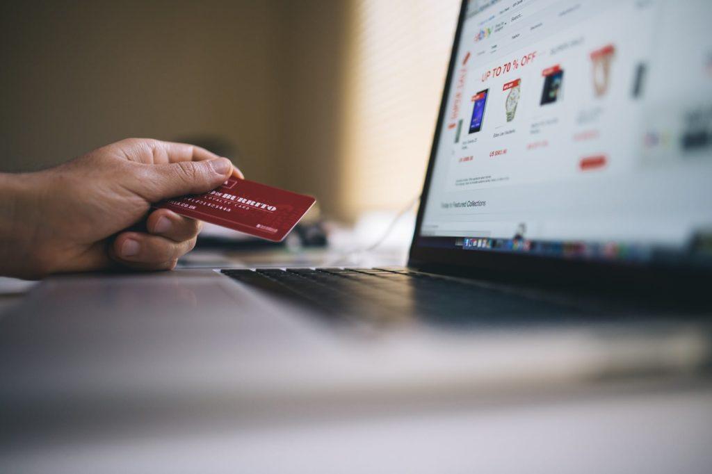 Ilustrasi pemakaian kartu kredit untuk bertransaksi dari rumah