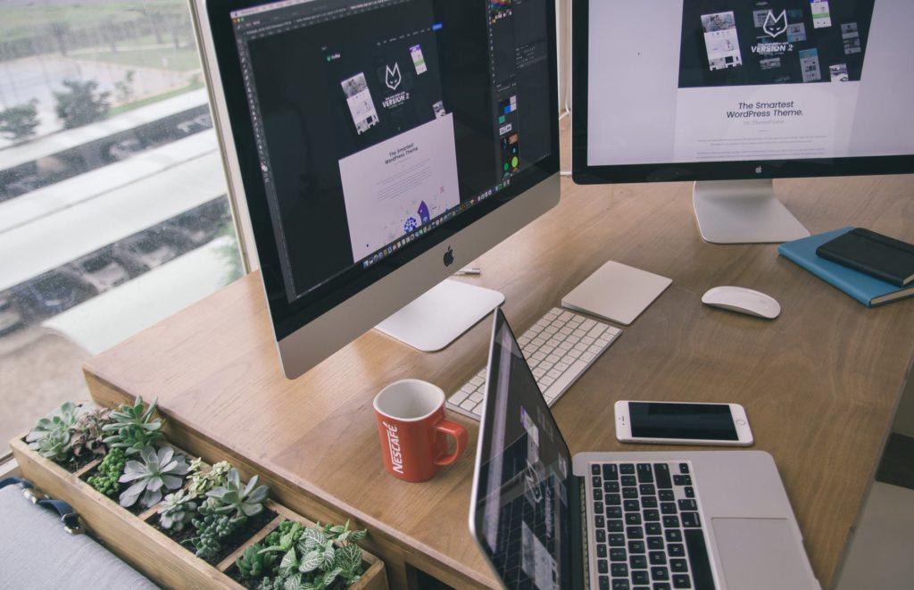 Ilustrasi time dan process management saat remote meeting menggunakan alat seperti Slack