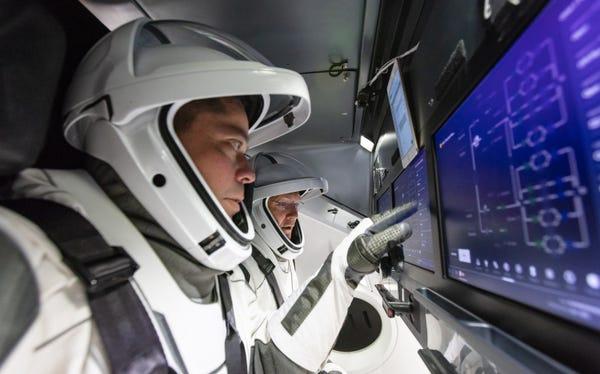 Dua Astronot NASA, Douglas G Hurley dan Robert L Behnken saat peluncuran Falcon 9 dan Crew Dragon