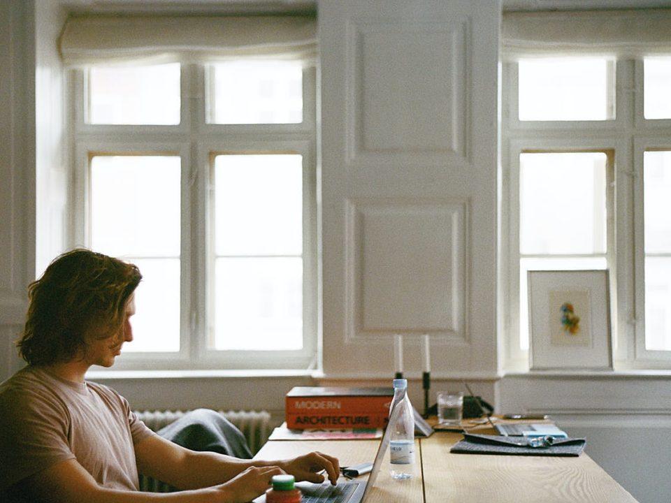 Kondisi video call saat Work From Home tidak bisa dihindarkan dari gangguan misalnya suara anak-anak atau piring dan gelas