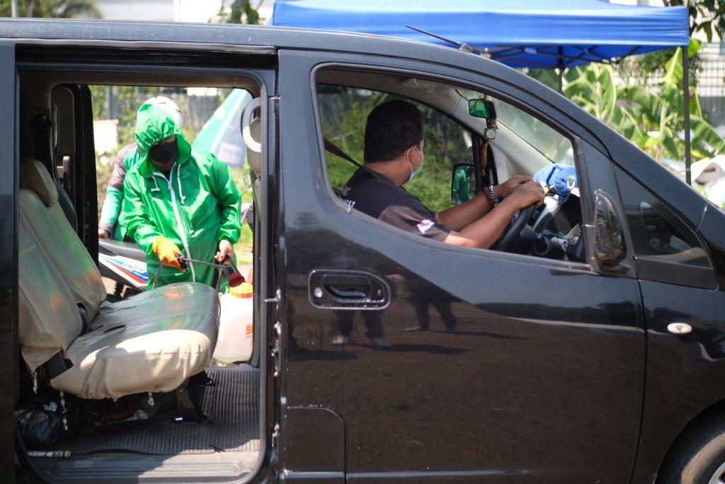 Sterilisasi Kendaraan Driver dilakukan secara rutin melalui posko