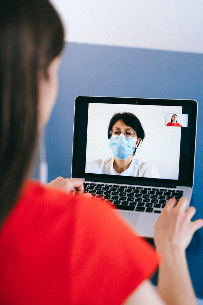 Ilustrasi konsultasi kesehatan daring yang banyak dilakukan via video call dan foto